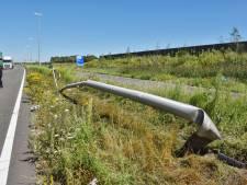 Man rijdt twee lantaarnpalen uit de grond in Tilburg, Burgemeester Letschertweg afgezet