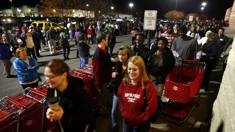 Klanten melden zich vrijdag bijtijds om in de rij te gaan staan bij een filiaal van winkelketen Target in Horn Lake, Mississippi. Beeld ap
