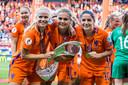 Kika van Es (l), Lieke Martens (m) en Danielle van de Donk (r) vieren de overwinning met de beker.