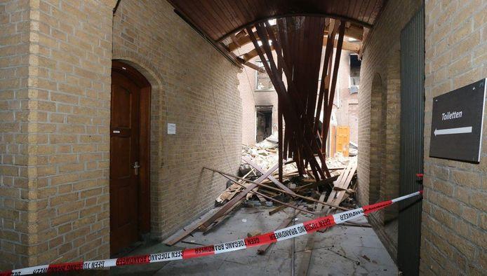 Vandaag moest de brandweer weer aan de bak op landgoed Haarendael in Haaren. Er was weer sprake van een uitslaande brand. Die van elf dagen geleden legde een groot deel van het complex in puin.