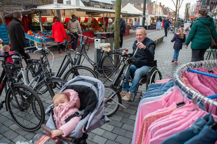 Schijndel. Riens van Raaij, nieuwe voorzitter Toegankelijk Meijerijstad, in een benarde situatie thv De Zeeman op de Markt in Schijndel