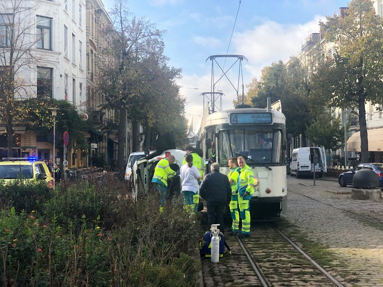 Een wagen belandde op zijn zij na een aanrijding met tram aan de Leopold de Waelplaats.