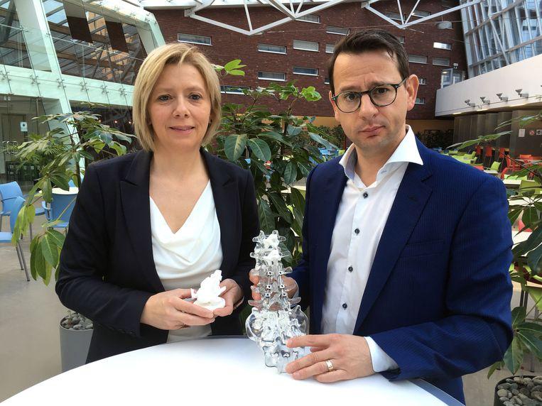dr. Patricia Verstraete van het Orthopedisch Centrum van AZ Turnhout en dr. Geert Mahieu van de dienst orthopedie van AZ Monica