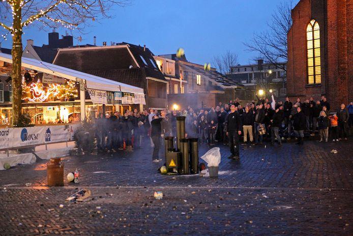 Op Oudejaarsdag wordt traditioneel aan het eind van de middag carbid geschoten op het Kerkplein middenin het centrum van Woerden. (foto 2011)