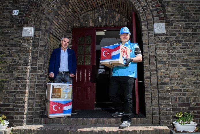 Abdurrahman Bicici (links) en Murat Yoldas met de voedselpakketten bij de moskee.