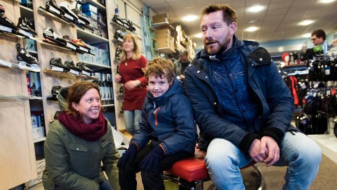 4581fcc93e7 Milan (7) koopt met zijn ouders nieuwe schaatsen in de schaatsshop van  Collard bij