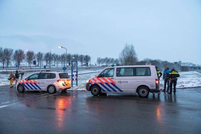 Politiecontrole bij de brug van Sluiskil op rijden door rood bruglicht.