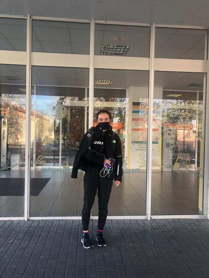 Shirin van Anrooij nadat ze in Tsjechië het ziekenhuis verlaat