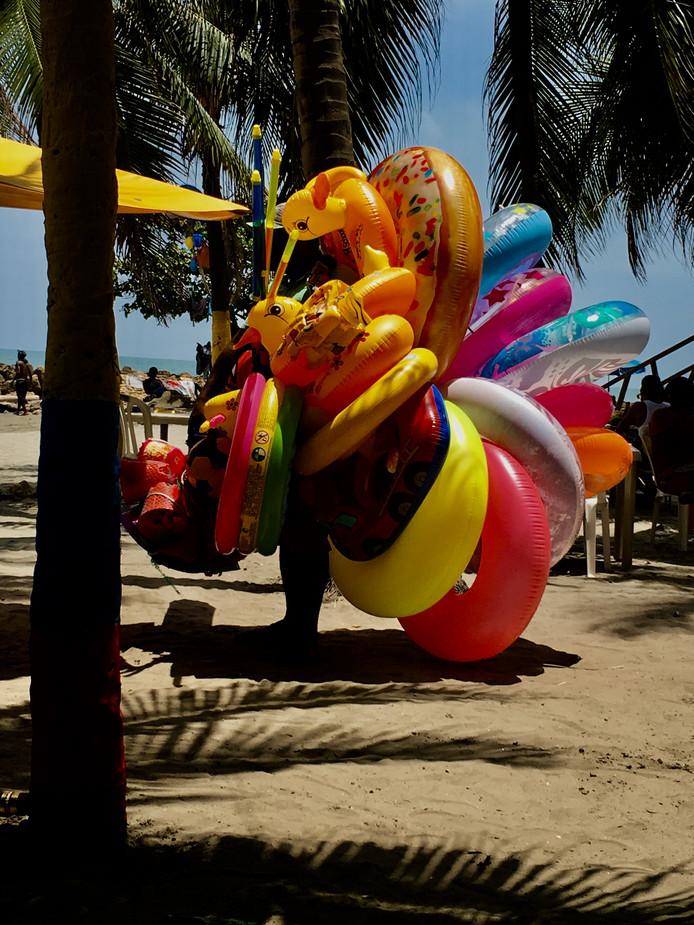 Op het strand van Cartagena in Colombia worden geen Chinese massages, goedkope horloges of zonnebrillen verkocht, maar wel allerlei opblaasattributen. De verkoper is er onzichtbaar door geworden.