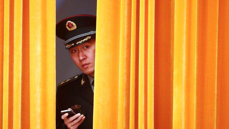 Een Chinese soldaat is in afwachting van het bezoek van premier Rutte aan de Grote Hal van Peking, op 15 november 2013. Beeld epa