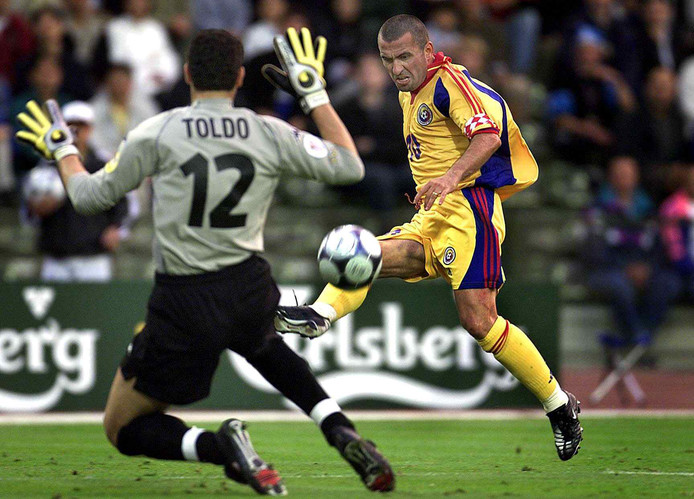 Gheorghe Hagi dwingt Italië-doelman Francesco Toldo tot een redding tijdens het EK in 2000.