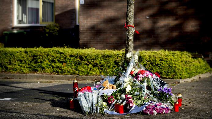 Bloemen in de straat de Schelde in Heerhugowaard waar twee babylijkjes zijn gevonden