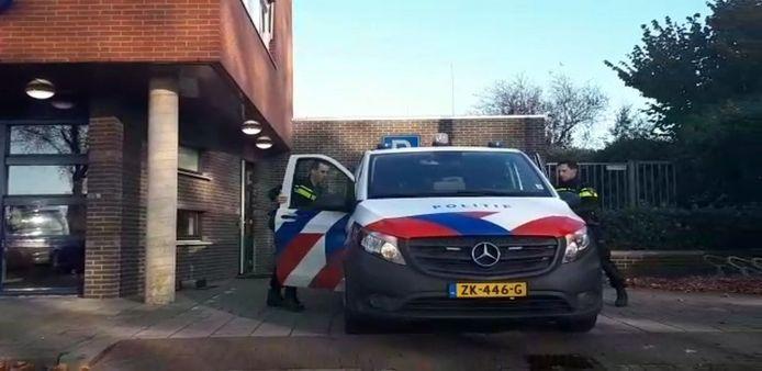 Agenten van de politie Bommelerwaard doen vrijdag 29 november op Facebook verslag van hun avonddienst.
