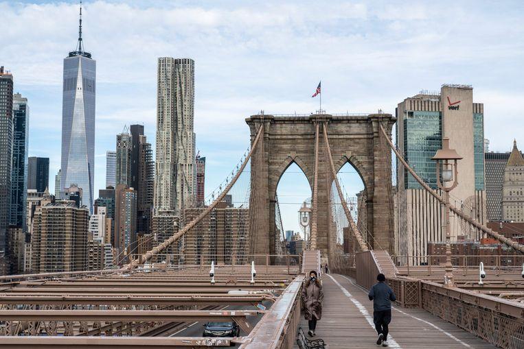Voetgangers op de Brooklyn Bridge in New York.