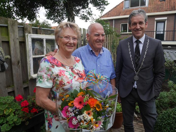 Burgemeester Van der Pas en het echtpaar Schoemaker.