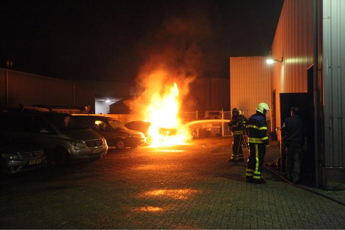 Autobrand bij garage Rijen.