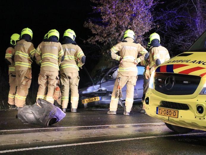 Achtervolgd door de politie botste de auto op een verkeersheuvel en een lantaarnpaal.