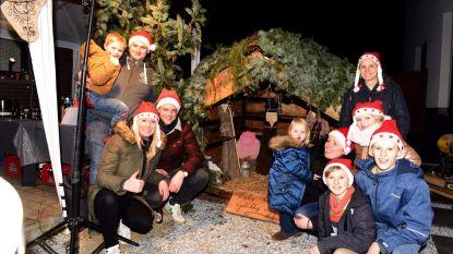 Enkele buren plaatsten Warmste Kerststal voor goede doel