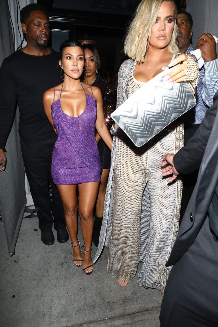 Kourtney en Khloe Kardashian verlaten de voordrink om naar Kylie's privéfeestje te gaan.