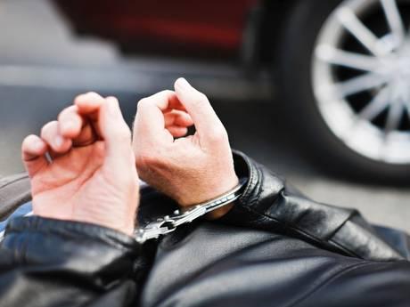 Politie lost waarschuwingsschot bij achtervolging en vindt grondstoffen voor drugs in Eindhoven