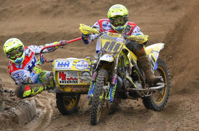 Bakkenist Robbie Bax met stuurman Daniël Willemsen.
