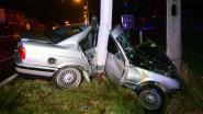Twintigers levensgevaarlijk gewond na crash tegen verlichtingspaal