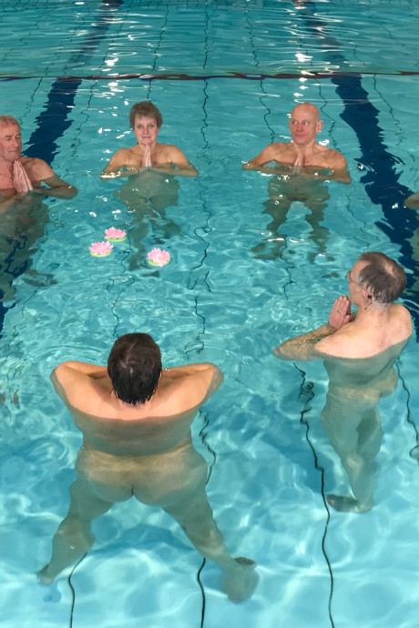 Blootzwemmen spetterend succes in Deventer: 'Blote Plons' trekt leden van heinde en verre
