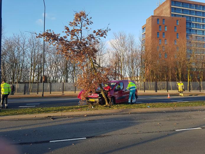 De auto kwam tot stilstand tegen een boom aan de Wijchenseweg in Nijmegen.
