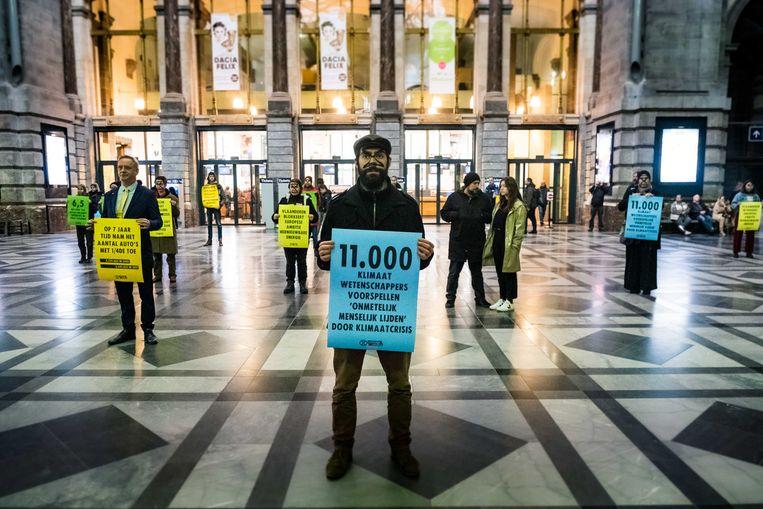 Een vijftigtal leden van Extinction Rebellion voert actie in de hal van het Centraal Station in Antwerpen.