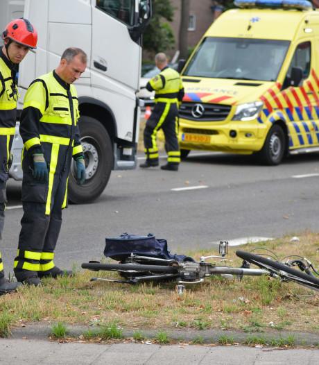 Fietsster aangereden door vrachtwagen in Breda, vrouw naar het ziekenhuis