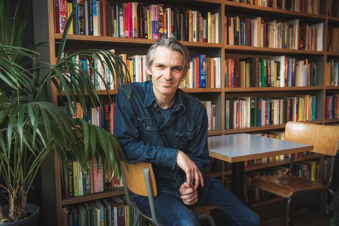 Qmusic-presentator Wim Oosterlinck interviewt in zijn nieuwe podcast 'Drie boeken' bekende lezers over hun favoriete boeken.