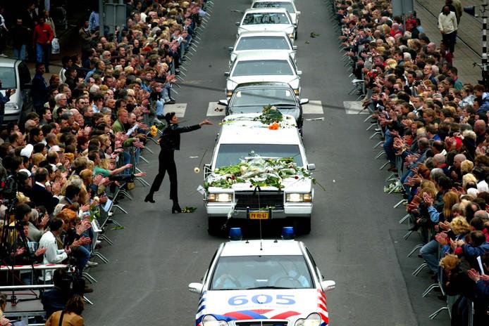 Maar dat werd hij wel: bij zijn uitvaart stonden duizenden aanhangers langs de weg.