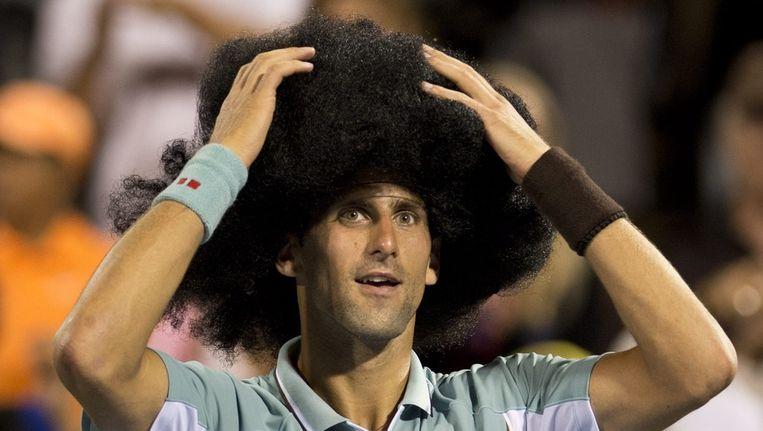 Djokovic zette een pruik op na zijn overwinning. Beeld ap