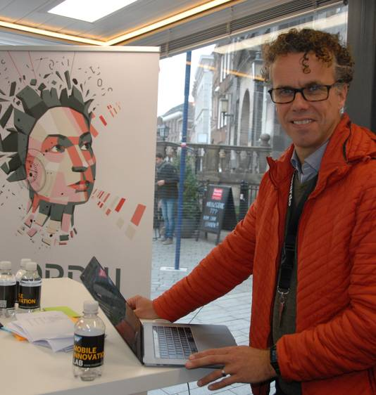 Medeorganisator Jan Koster naast het logo van Den Bosch Data Week