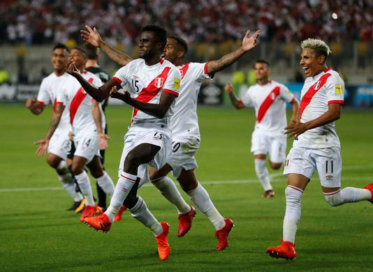 Christian Ramos (#15) is het middelpunt van het Peruaanse feestje na de 2-0 tegen Nieuw-Zeeland.