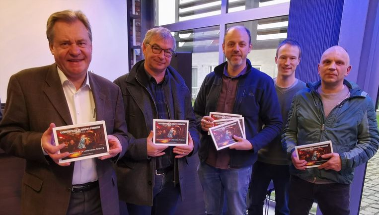 De Lichterveldse Perskring stelt het 25ste fotojaarboek voor. Henk Boucquez van café Wolf staat op de cover en was ook bij de voorstelling.