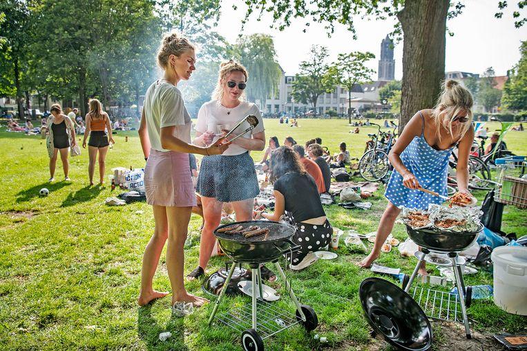 Barbecue van de Coffee Company in het park Lepelenburg in Utrecht: 'Bij een barbecue eten mensen vaak meer vlees dan ze eigenlijk willen, dat hoeft helemaal niet.' Beeld Guus Dubbelman / de Volkskrant