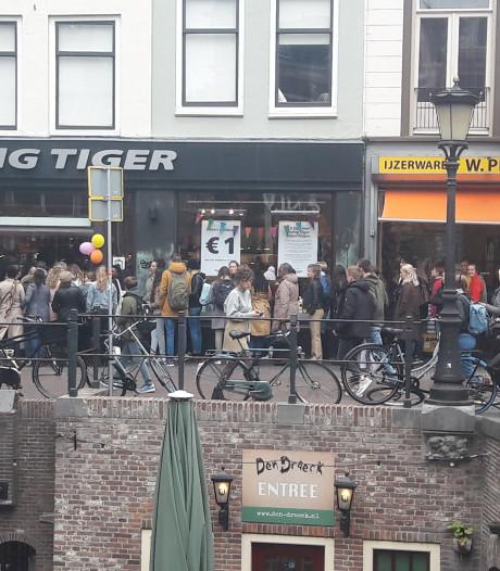 Meterslange rij op Oudegracht vanwege euro-actie Flying Tiger