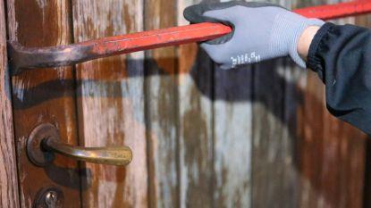 Inbrekers bewerken houten deur met schroevendraaier
