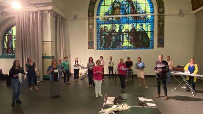 """Vrijwilligers naaien mondmaskers in De Kapel: """"Het is verslavend anderen te helpen"""""""