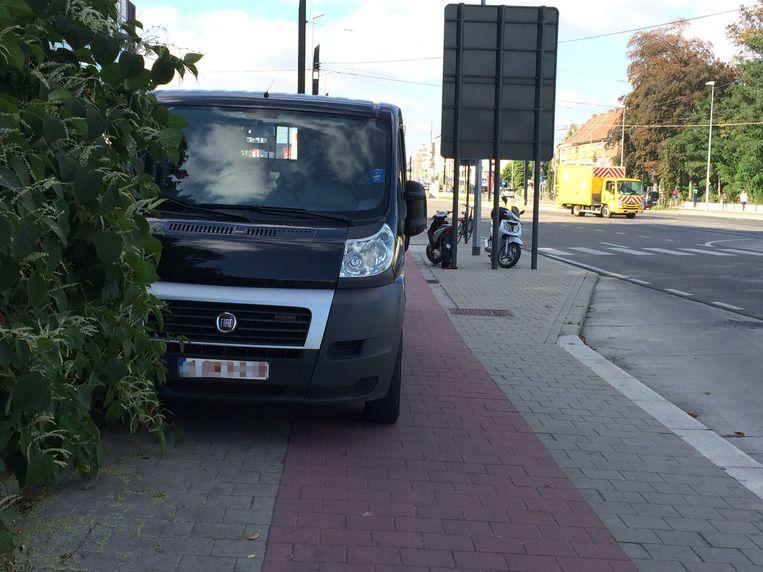 Wie parkeert op een voet- of fietspad begaat een overtreding in de tweede graad en ziet zijn of haar boete oplopen tot 116 euro.