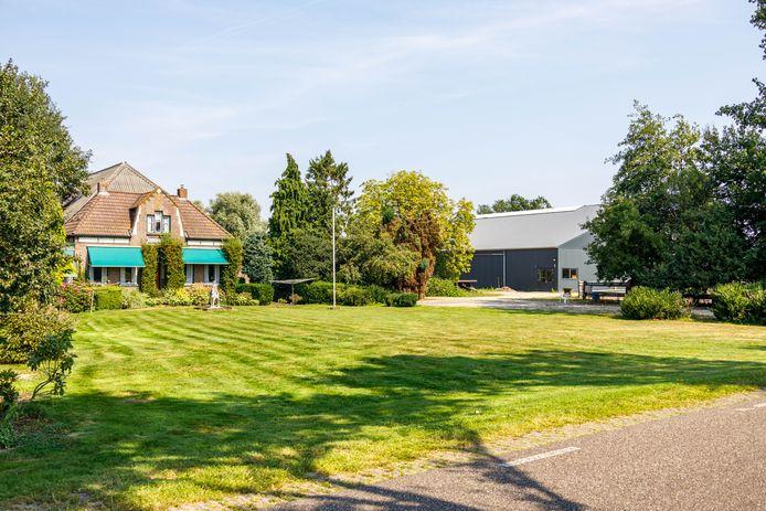 De manege (rechts) en het woonhuis op hetzelfde terrein in Nijeveen.