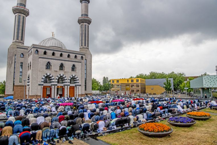Moslims bij het ochtendgebed in de Essalam Moskee in Rotterdam Beeld null
