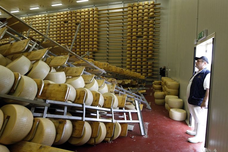 Kaasfabrikant Oriano Caretti kijkt naar zijn omgevallen Parmezaanse kazen. Beeld ap