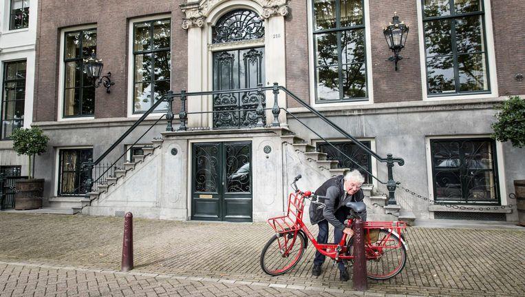 Geert Mak voor het huis van de familie Six aan de Amstel Beeld Dingena Mol