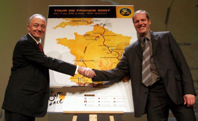 Christian Prudhomme (rechts), de nieuwe Tourdirecteur, en burgemeester van Londen Ken Livingstone presenteren donderdag in Parijs de route van de Tour de France 2007. De proloog is volgend jaar op 7 juli in Londen. De eerste etappe gaat naar Canterbury en de koers passeert de Alpen voor de Pyreneeën. (EPA) Beeld EPA