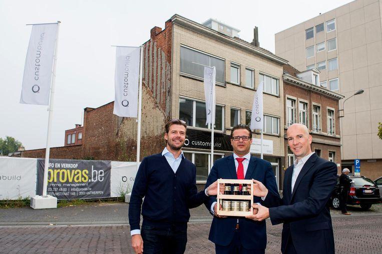 Philippe Lambrechts, Kristof Bossuyt en Sébastien François bij de overhandiging van het BIST25-bier.