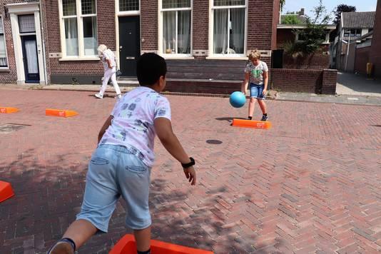 Op de Voorstraat in Vianen wordt een voorronde voor het NK Stoepranden gehouden.