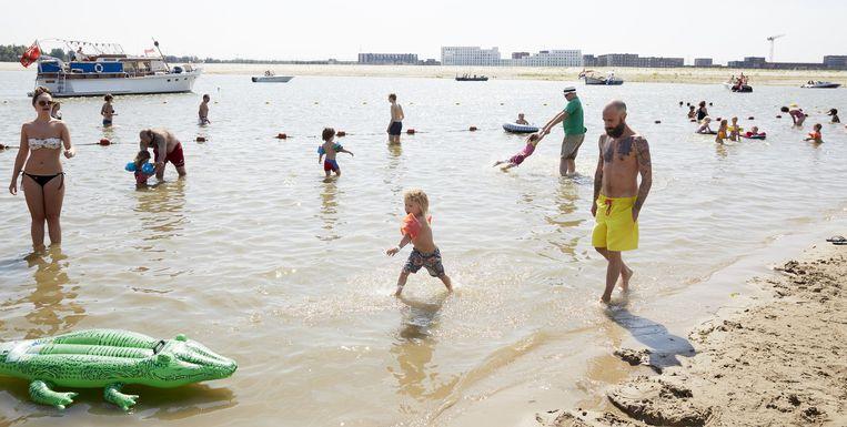 Strand Blijburg op IJburg is een van de drukbezochtste zwemplekken. Beeld anp