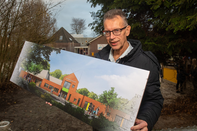 Schooldirecteur Jan Bakker van CBS De Wiekslag in Bruchterveld met de plannen voor de multifunctionele accommodatie op de plek van de huidige school. COPYRIGHT ALEX MULDER